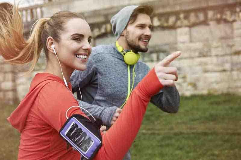 שני מבוגרים בזמן ריצה בשטח פתוח