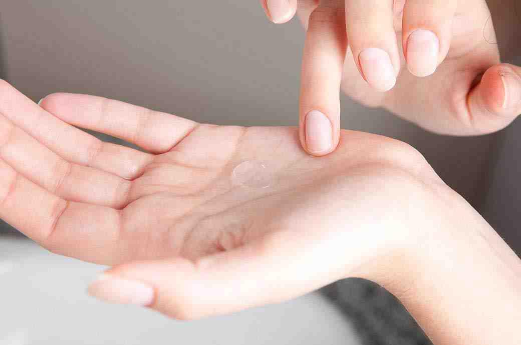 ידיים של מישהי, עם עדשת מגע על כף ידה