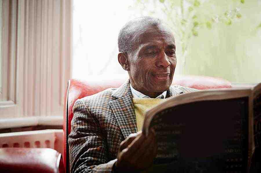 תמונה של אדם בוגר קורא עיתון