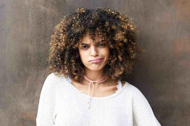 תמונה של אישה עם הבעת פנים לא מתרשמת