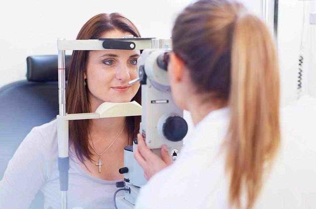 המצלמה מתמקדת באישה צעירה המביטה דרך מצלמת רשתית, ואופטומטריסט המביט דרך הצד השני