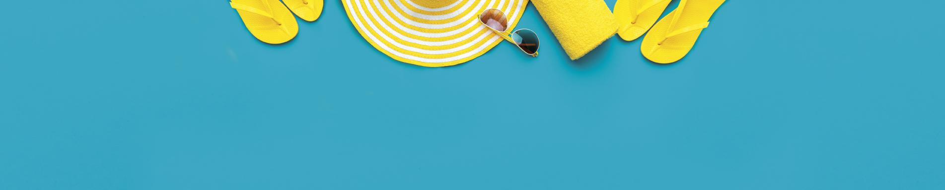 רקע תכלת עם אביזרי קיץ צהובים