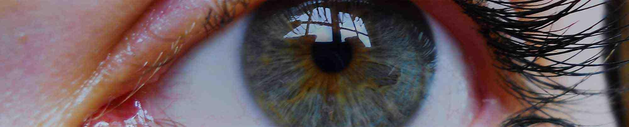 צילום תקריב של עיניים כחולות של אישה