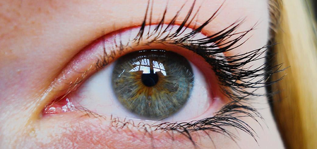 צילום תקריב של עין של אישה