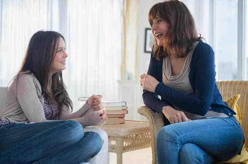 נערה מדברת עם אימה בשיחה שגרתית על עדשות מגע